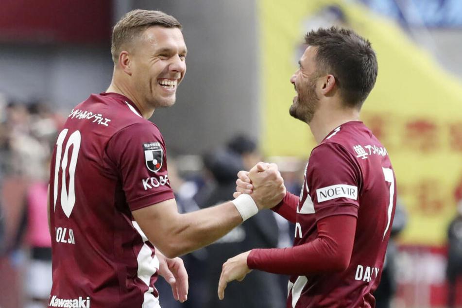Lukas Podolski (l) von Vissel Kobe jubelt mit Teamkollege David Villa nach dessen Elfmetertor.