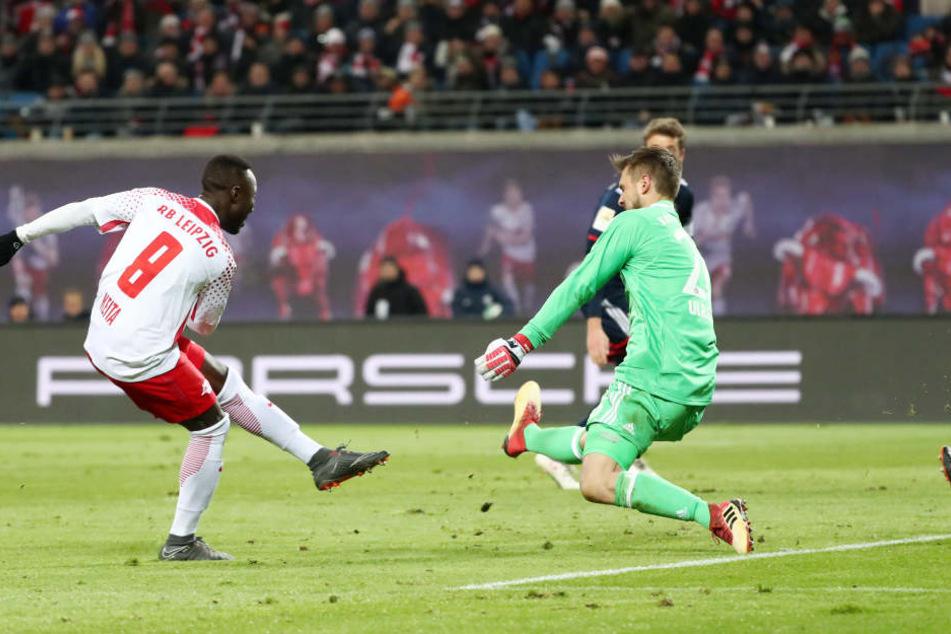 Naby Keita (l.) überwindet im Nachschuss Torhüter Sven Ulreich und erzielt das 1:1 (37.).
