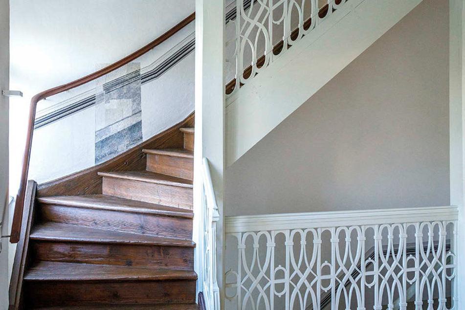 Treppengeländer samt Aufgang ins Dachgeschoss wurden exakt restauriert.