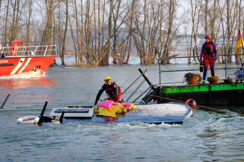 Das Hausboot sank bis auf den Grund des Flusses.
