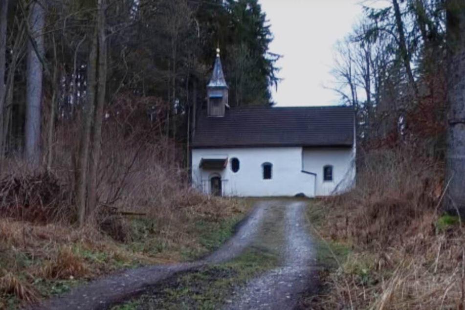 Die Kapelle steht schon lang verlassen im Wald.
