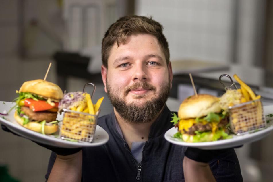 Koch Thomas Brandt (29) mit dem veganen Burger (links) und dem normalen Rindfleischburger.