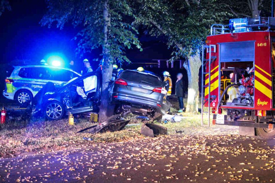 Geschockt befreiten sie den Mann aus dem Wagen, für die unter dem Wagen begrabenen Teenager kam jede Hilfe zu spät.