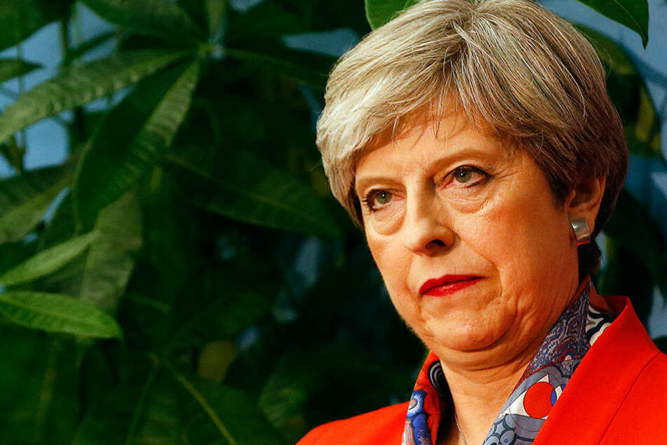 Mit versteinerter Miene hört Theresa May am 9.6.2017 in Maidenhead, Großbritannien, zu, wie die Ergebnisse ihres Wahlkreises, Maidenhead verkündet werden.