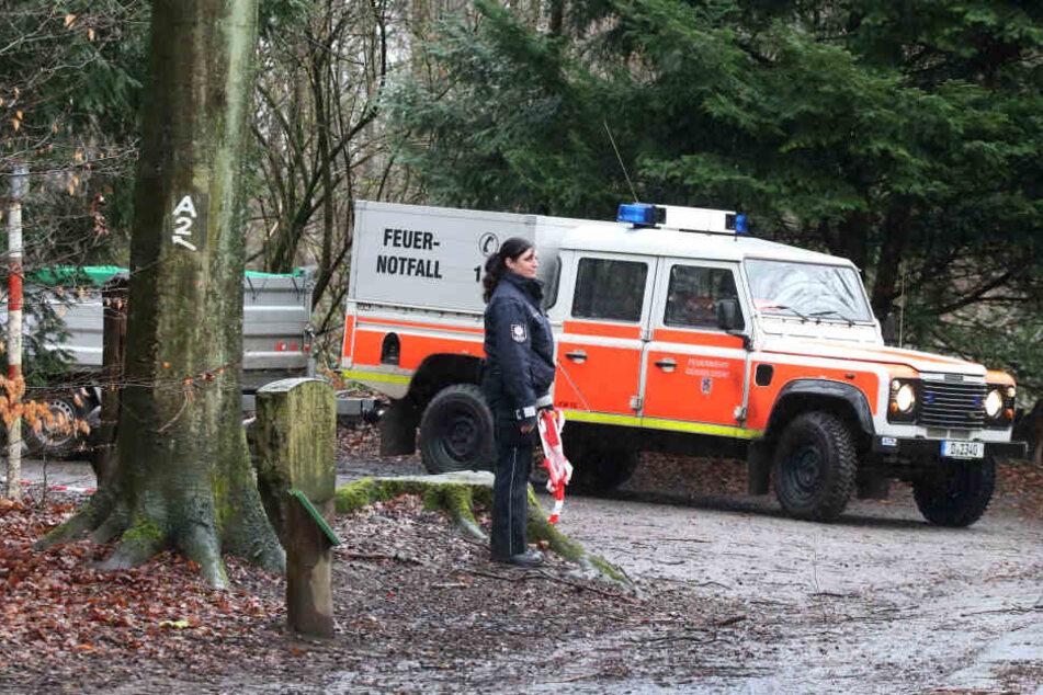 Ein Einsatzfahrzeug der Feuerwehr Düsseldorf steht bei einer Übung im Wald.