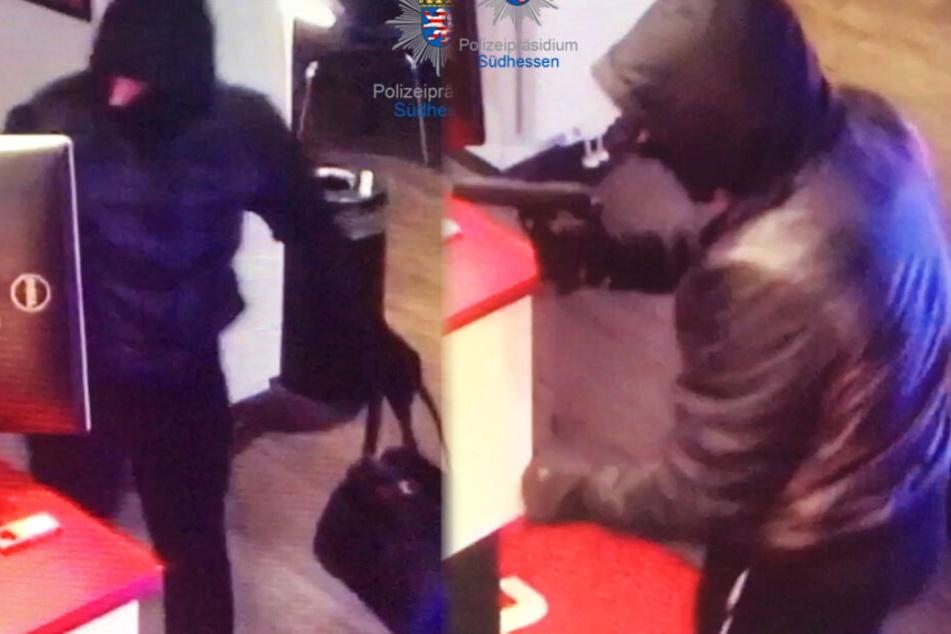 Die Montage zeigt zwei Bilder einer Überwachungskamera, auf einem ist deutlich die Pistole in der Hand des Räubers zu sehen.