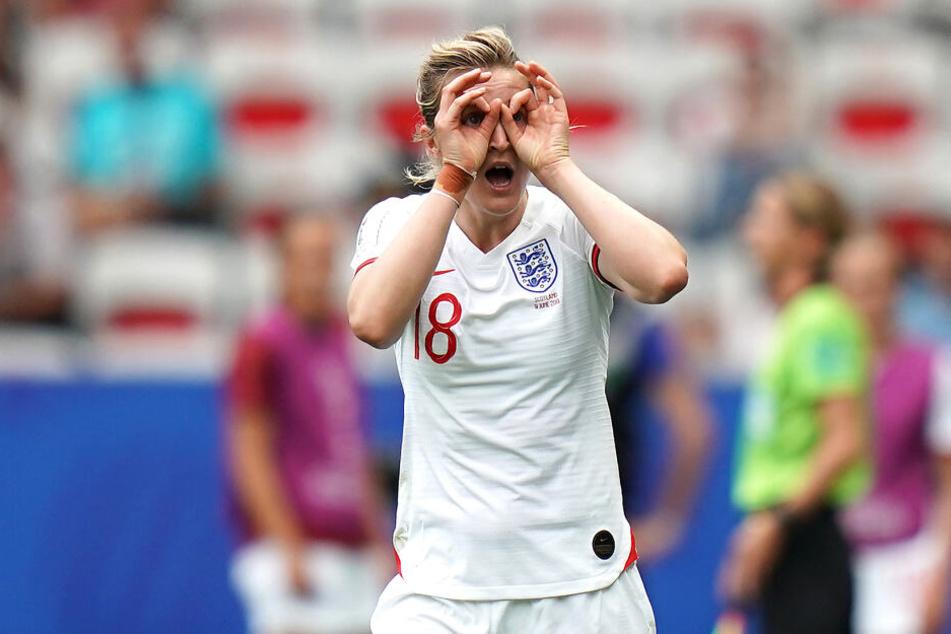 Englands Ellen White (M) jubelt ihr Tor zum 2:0.