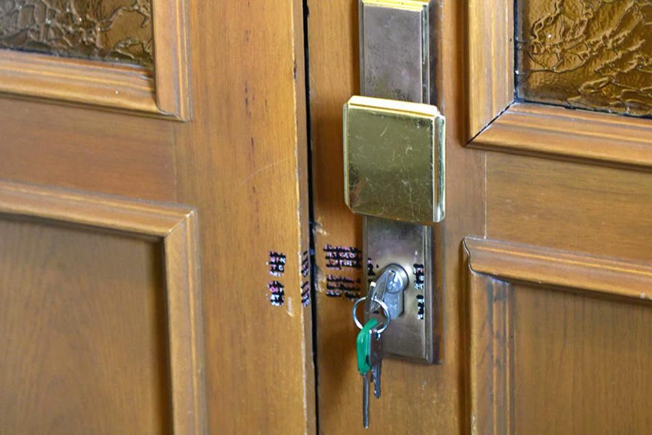 Kriminaltechniker sicherten weiter Spuren in der Wohnung.