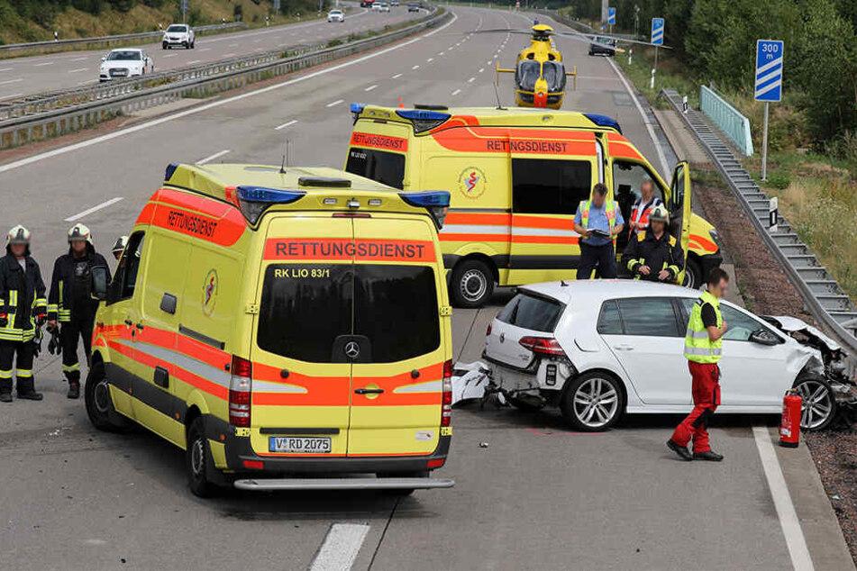 Beide Fahrer wurden schwer verletzt und kamen ins Krankenhaus. Auch ein Rettungshubschrauber war im Einsatz.