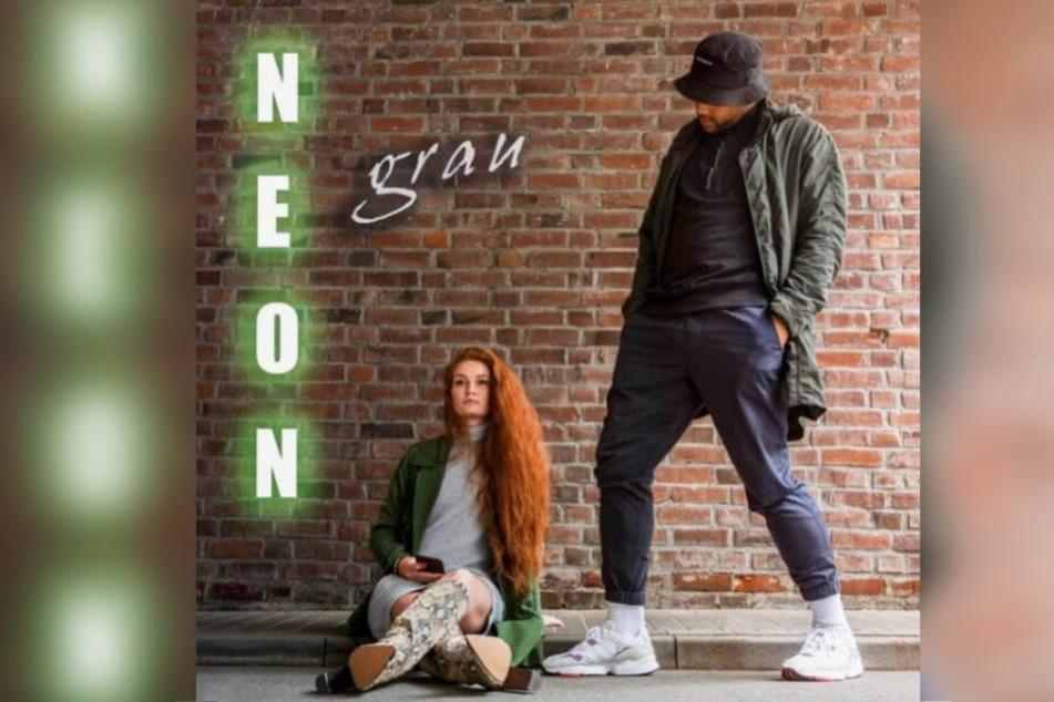 """Der Podcast """"Neongrau"""" von Sebastian Etmer und Jana Heinisch (25) erscheint einmal wöchentlich."""