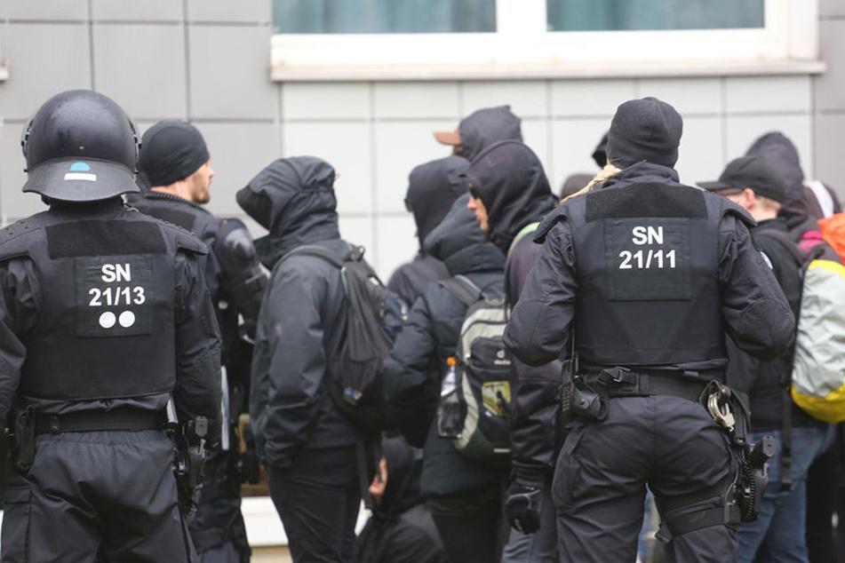 Die Polizei versuchte für Ruhe bei den Demonstranten zu sorgen.