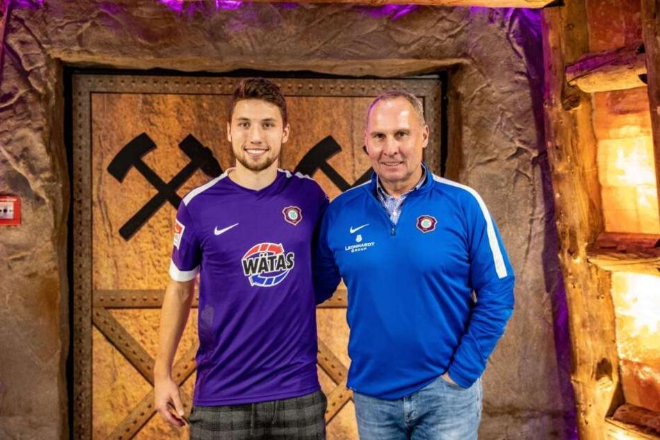 Tom Baumgart mit Aue-Präsident Helge Leonhardt. Der Mittelfeldspieler bleibt mindestens bis 2023 beim FC Erzgebirge.