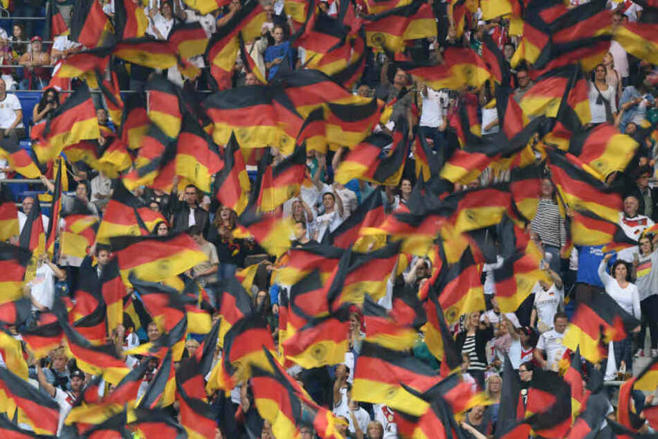 2006 war es noch der positive Party-Patriotismus, während jetzt der Rechtsruck in Deutschland die Schlagzeilen macht. (Symbolbild)