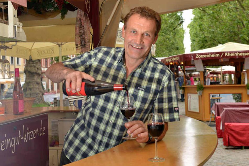Winzer Hans-Friedrich Kitzer (57) auch  alkoholfreien Dornfelder-Traubensaft im Angebot.