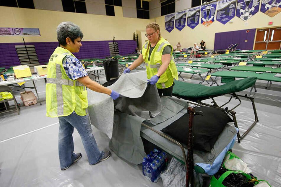 Die Mitarbeiter des Gesundheitsamtes stellen Betten in einer Notunterkunft für Menschen mit besonderen Bedürfnissen auf, um sich auf den Hurrikan Dorian vorzubereiten.