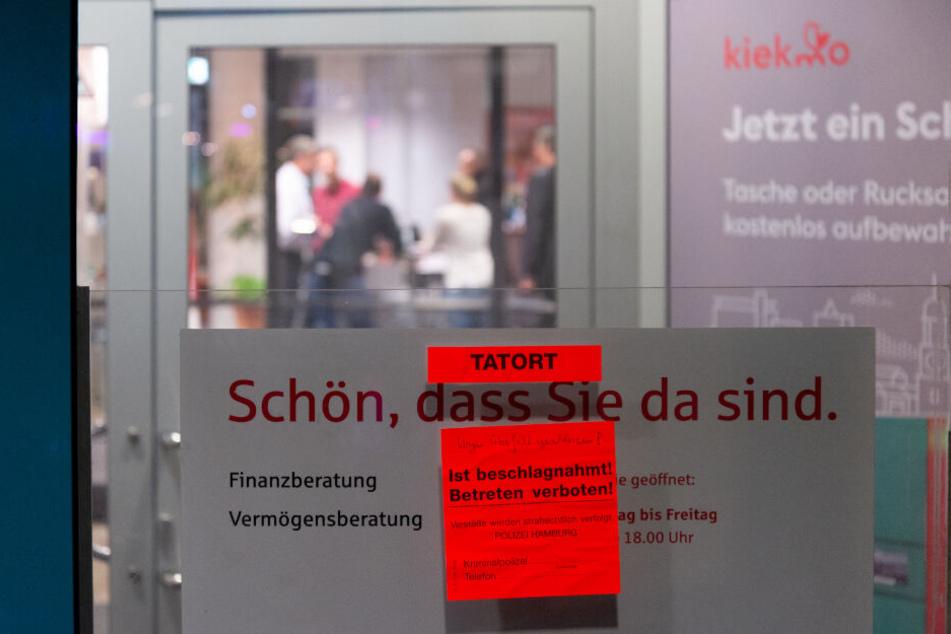 Ein Zettel an der Eingangstür weist auf den Banküberfall hin.