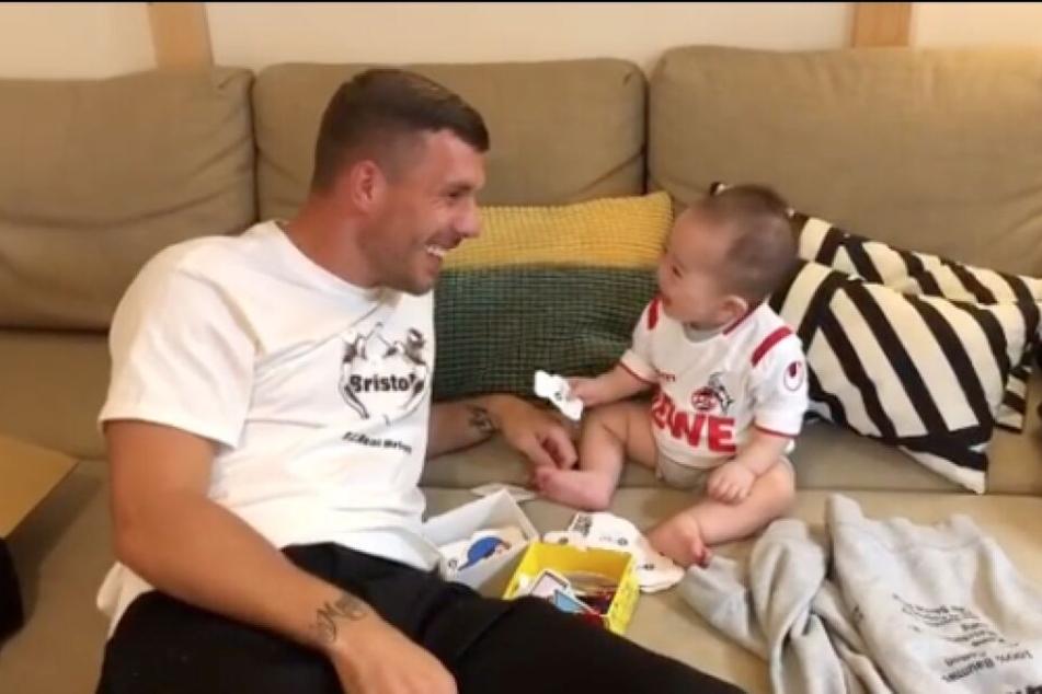 Mit dieser Nummer bringt Lukas Podolski einen kleinen Köln-Fan zum Lachen
