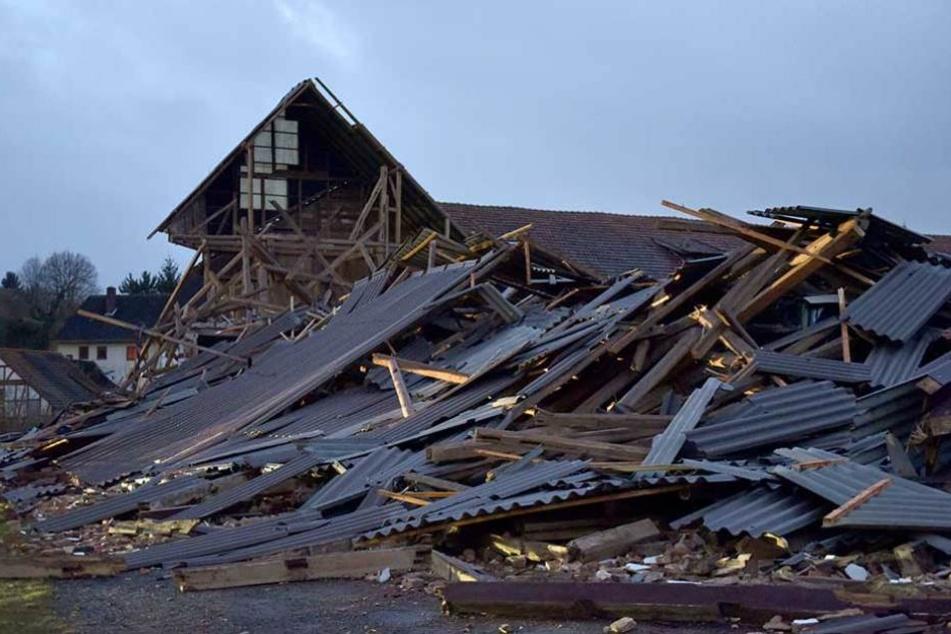 Blick auf die Trümmer eines im Sturm eingestürzten Bauernhofs in Meimbressen (Hessen).