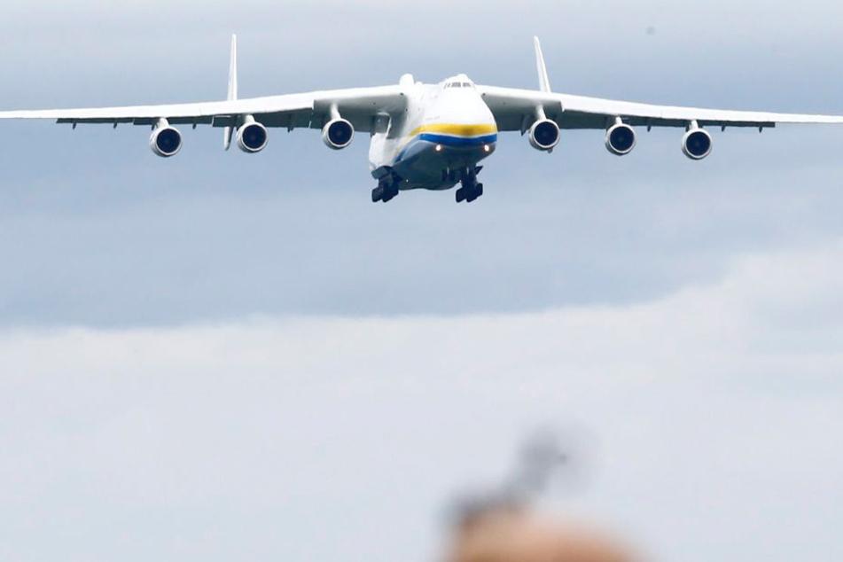 Mit einer Länge von 84 Metern und einer Flügelspannweite von 88,4 Metern ist die Antonov AN-225 das größte Frachtflugzeug der Welt.