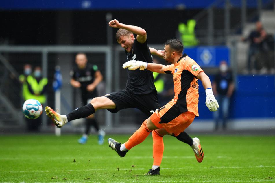 Christoph Daferner (23, l.) ging jedem Ball nach, wäre hier bei HSV-Keeper Daniel Heuer Fernandes auch fast rangekommen.
