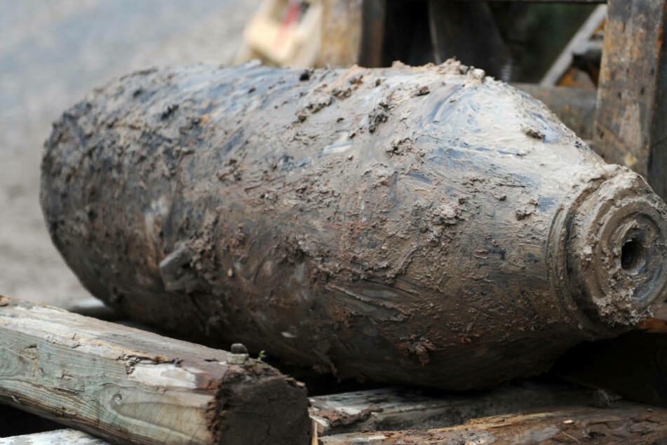 Am Freitag soll der Fund ausgegraben und möglicherweise entschärft werden, teilte die Stadt weiter mit (Symbolbild).