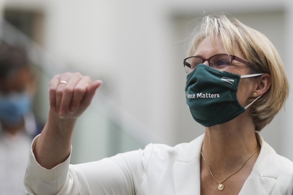 """Bundesbildungsministerin Anja Karliczek trägt eine Gesichtsmaske mit den Worten """"Science matters"""" (Wissenschaft zählt), als sie eine Pressekonferenz über ein deutsches Programm zur Unterstützung der Entwicklung eines COVID-19-Impfstoffs verlässt."""