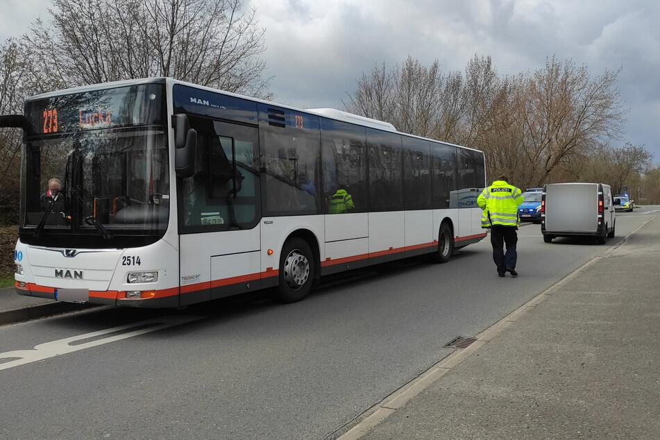 Die beiden Kinder waren hinter dem Schulbus über die Straße gerannt und wurden von einem Transporter erfasst.