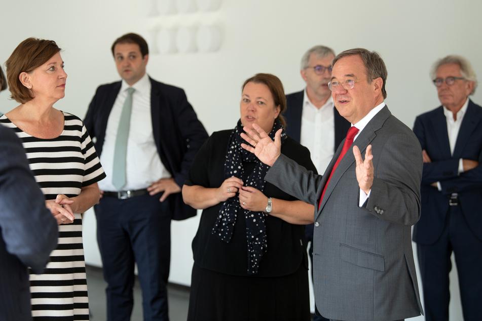 Mitglieder der NRW-Landesregierung unterhalten sich vor einer Kabinettssitzung am 11. August 2020.