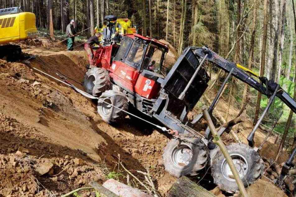 Video: Hier wird der umgekippte Waldbagger geborgen