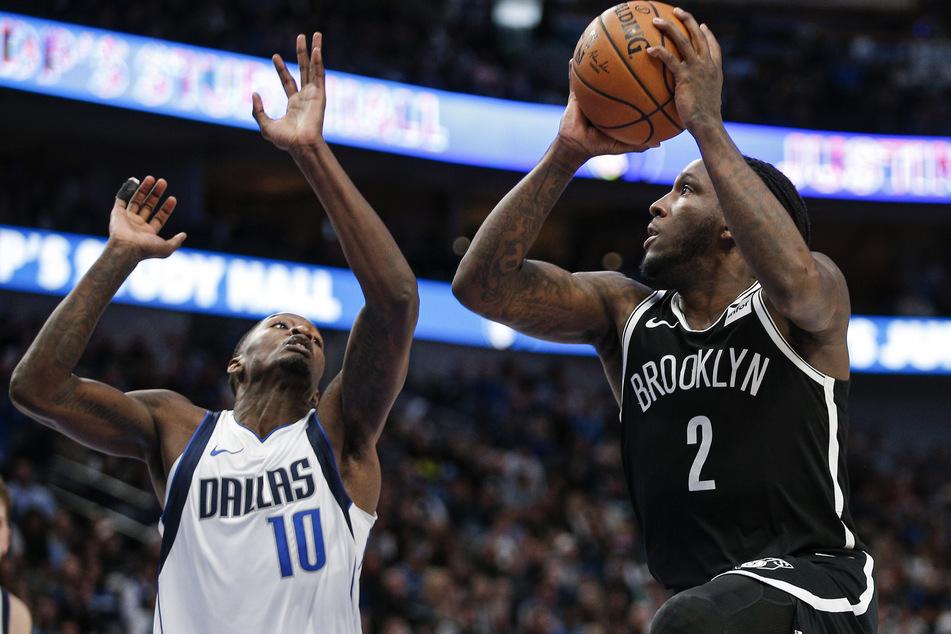 Brooklyn Nets Stürmer Taurean Prince (r.) sucht nach einem Anspielpartner während ihn Dorian Finney-Smith (10) von den Dallas Mavericks am Zuspiel hindern will.