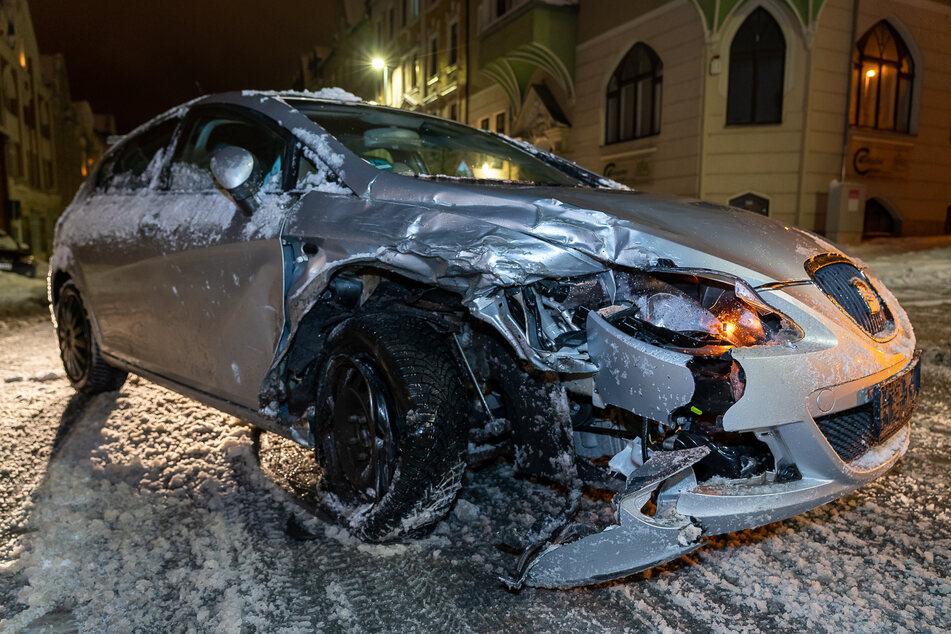 Die Seat-Fahrerin war von der Fahrbahn abgekommen und gegen einen geparkten BMW geknallt.