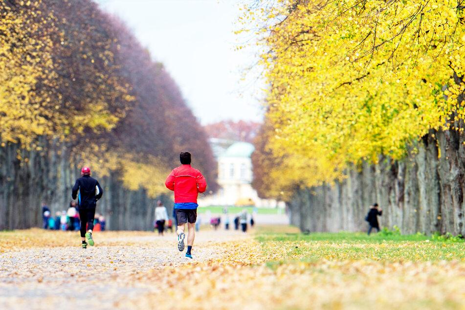 Joggen ist unter anderem weiterhin erlaubt. Fitnessstudios bleiben in ganz Deutschland jedoch geschlossen.