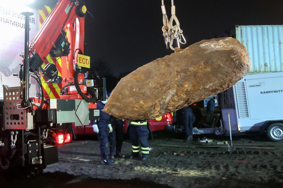 Eine britische Fliegerbombe, die bei Bauarbeiten auf dem Heiligengeistfeld in Hamburg-St. Pauli gefunden wurde, wird nach der Entschärfung abtransportiert.
