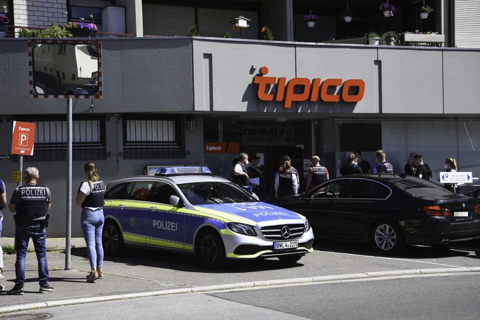 Die Polizei am Tatort des Raubüberfalls in Weinheim. Die Beamten fahnden mit einem Großaufgebot nach dem flüchtigen Täter.