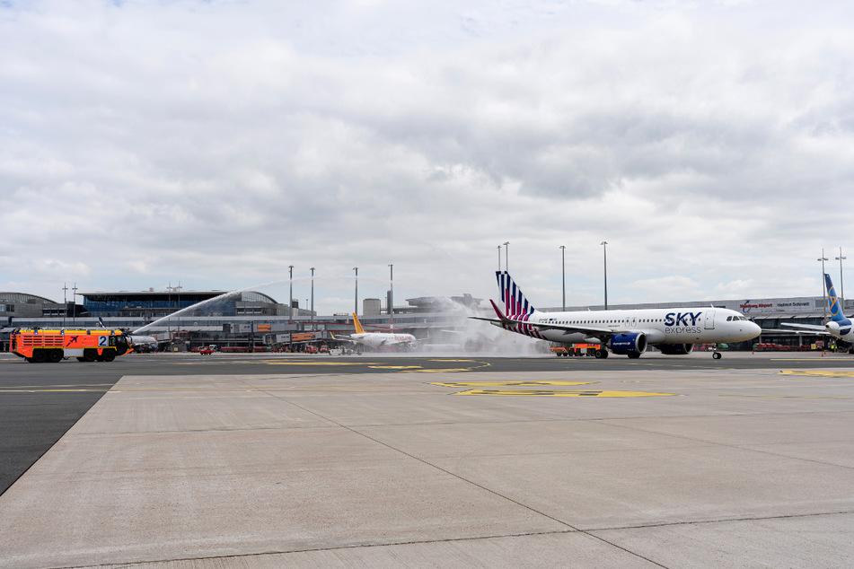 Zur Feier des Erstflugs gab es eine Wasserdusche von der Flughafenfeuerwehr.
