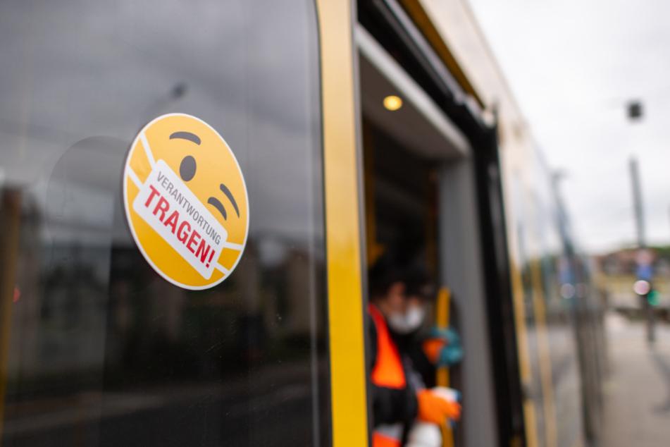 Eine Mitarbeiterin der Dresdner Verkehrsbetriebe reinigt einen DVB-Bus.