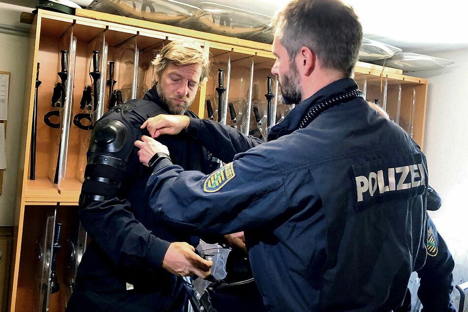 Der Schauspieler bekommt für seinen Einsatz eine Schutzausrüstung.