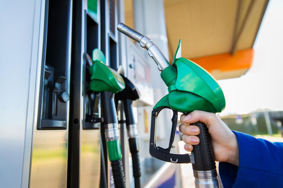 Dumm gelaufen! Ein Tankstellen-Besitzer erkannte einen Tank-Betrüger (34) wieder, verfolgte ihn und alarmierte die Polizei (Symbolbild).