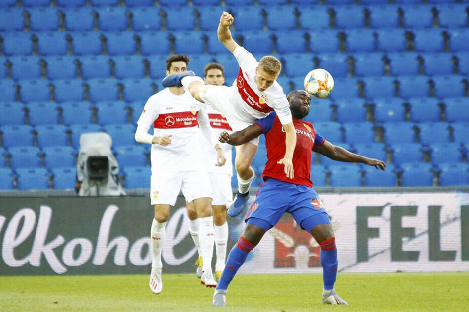 VfB-Torschütze Santiago Ascacibar im Kopfballduell mit Eder Balanta vom FC Basel.