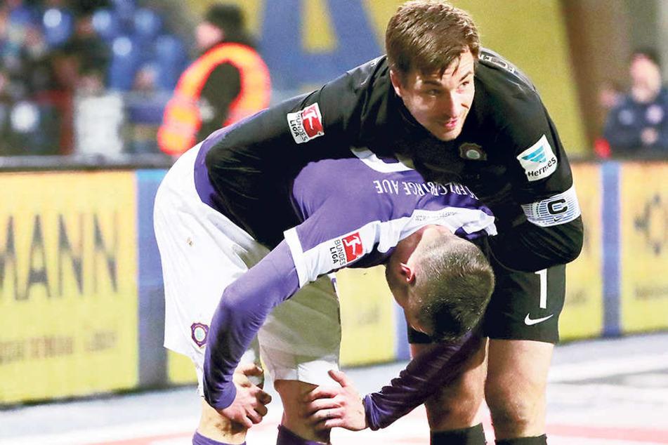 Völlig ausgepumpt stützt sich Christian Tiffert (l.) nach dem Braunschweig-Spiel auf seine Knie. Er hat alles gegeben. Anerkennung gab es dafür von Kapitän Martin Männel.