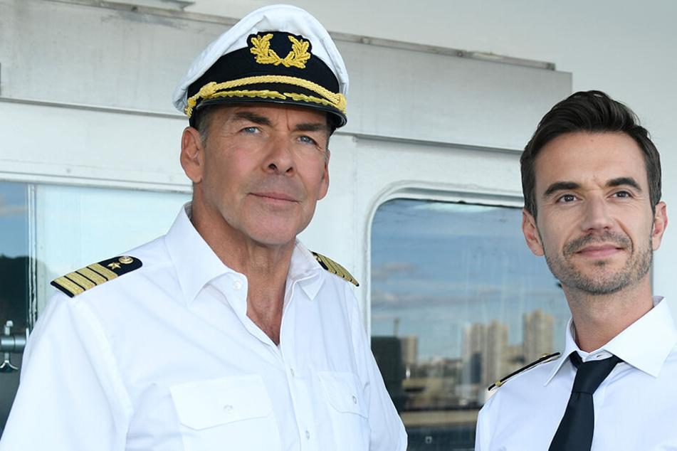 """Kapitän Burger (Sascha Hehn, l) und der junge Offizier Florian (Florian Silbereisen) standen schon in der Folge """"Das Traumschiff: Tansania"""" auf der Brücke des Schiffs."""