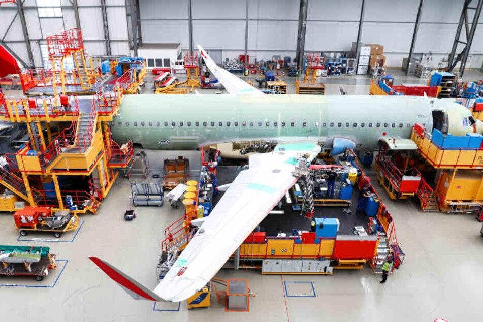 Airbus-Angestellte montieren in Hamburg-Finkenwerder ein Flugzeug der Airbus A320-Familie.