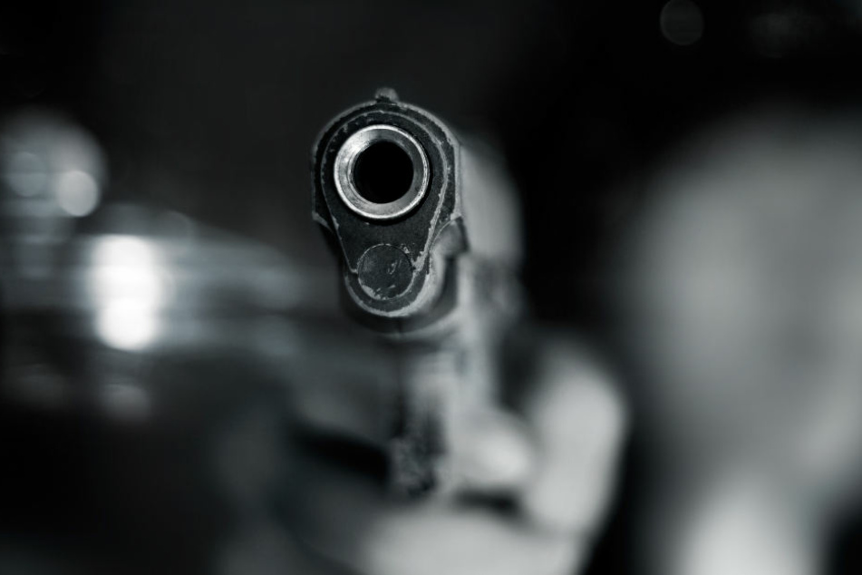 Der Täter schoss auf den 21-Jährigen. (Symbolbild)