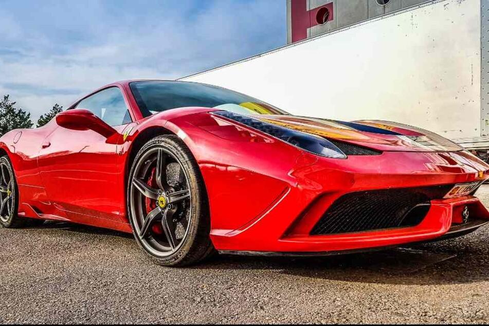 Die Bilanz des Unfalls: Zwei Schwerverletzte und ein zerstörter Ferrari (Symbolbild).