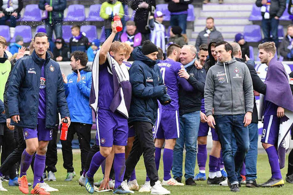 Die Stimmung im Auer Team war nach dem Sieg gegen Paderborn natürlich prächtig.