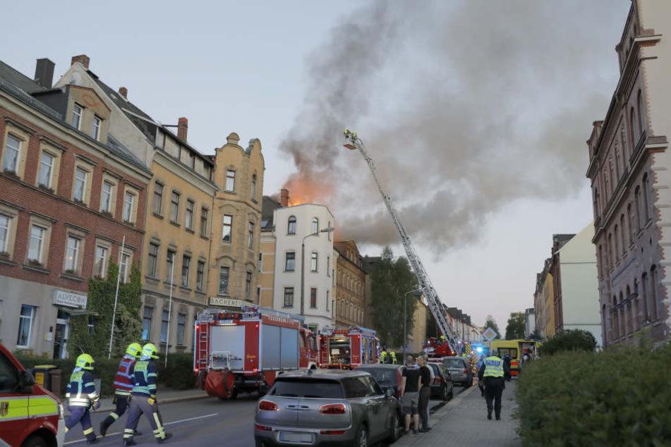 Im Dachstuhl eines leerstehenden Hauses brach das Feuer aus.