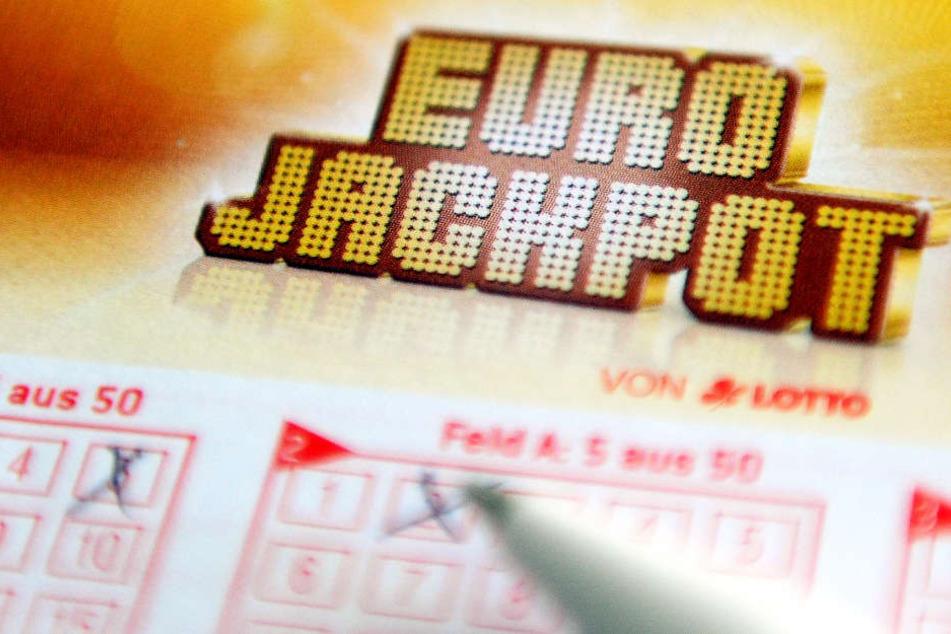Der Eurojackpot in Höhe von 90 Millionen Euro wurde auf zwei Gewinner aufgeteilt (Archivbild).