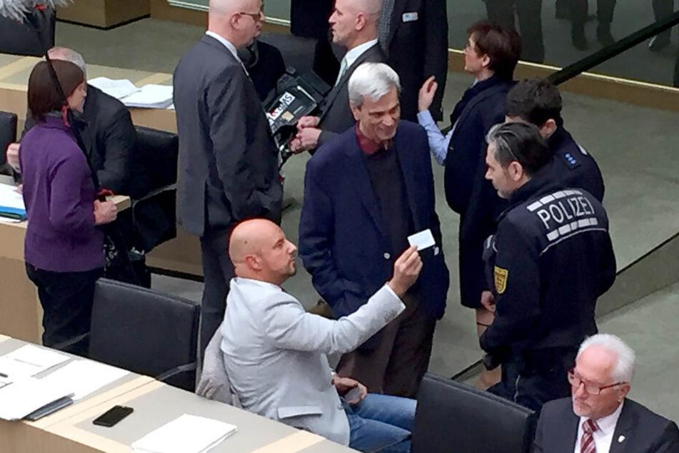 Der Stuttgarter Landtag im Dezember: Polizisten sind nötig, um die beiden AfD-Männer aus dem Sitzungssaal zu bekommen.