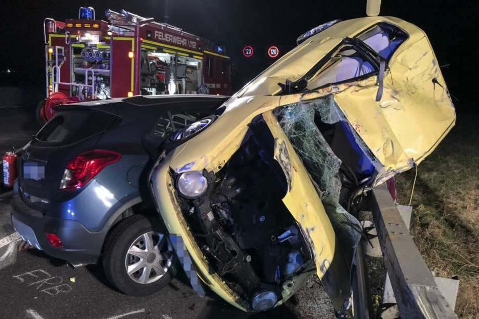 Das Foto zeigt die Trümmer der beiden Autos nach dem Unfall auf der A5.