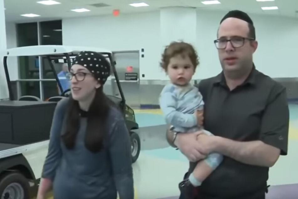 Yossi und Jennie Adler zusammen mit ihrer kleinen Tochter.